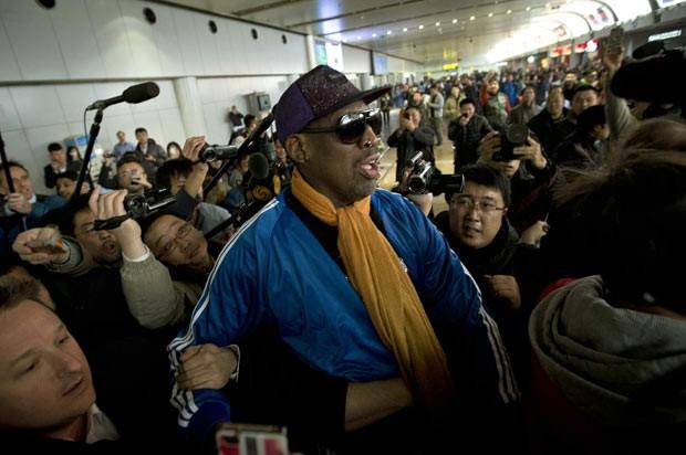 O jogador americano de basquete Dennis Rodman dá entrevista nesta segunda-feira (13) no aeroporto de Pequim, na China (Foto: Alexander F. Yuan/AP)