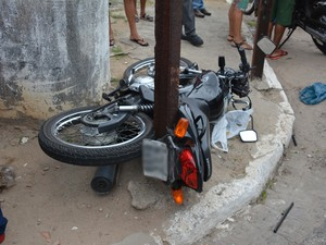 Moto foi arremessada e ficou presa em barras de proteção na calçada (Foto: Walter Paparazzo/G1)