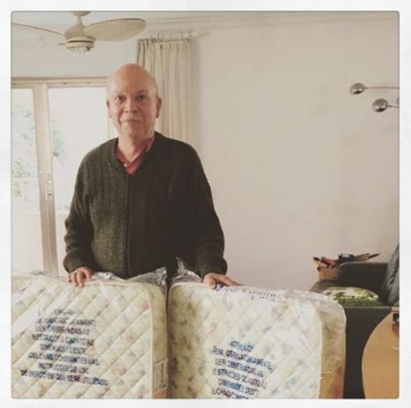Valter Piovani, pai de criação da Luana Piovani, com os colchões dos neto (Foto: Reprodução / Instagram)
