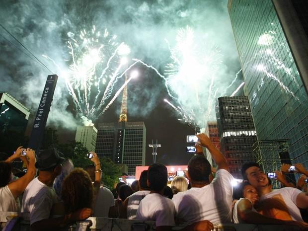 Queima de fogos durante a chegada de 2015 na Avenida Paulista. (Foto: Vagner Campos/G1)