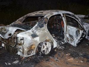 Bandidos incendiaram veículo após explodir central de autoatendimento bancário em João Pessoa (Foto: Walter Paparazzo/G1)