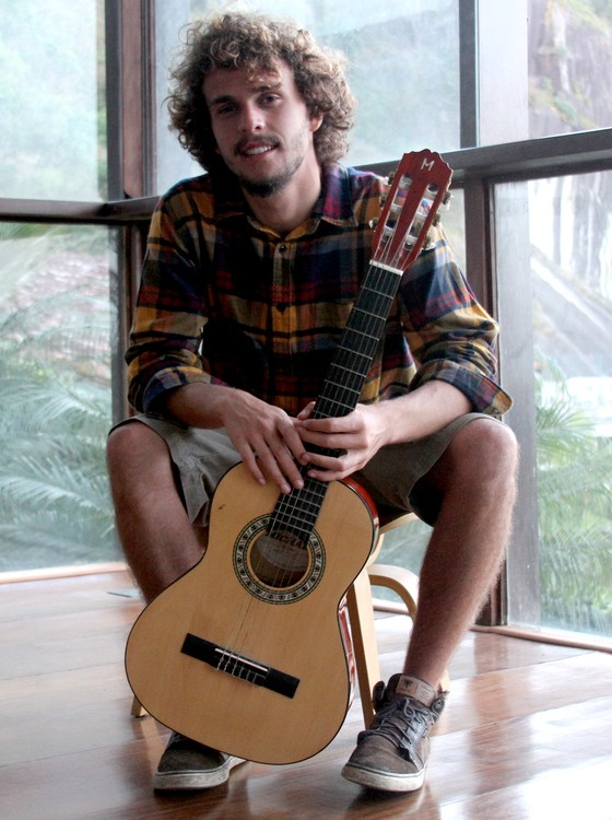 Theozin nunca quis seguir as profissões dos pais e, depois de cursar administração, acabou decidindo pela música  (Foto: Divulgação)