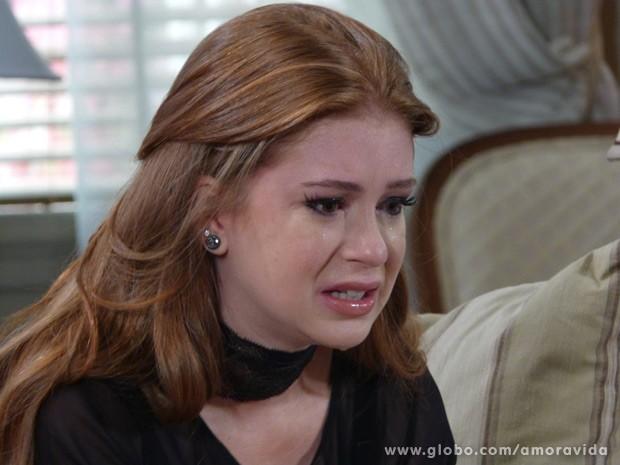 Nicole cai no choro em casa (Foto: Amor à Vida / TV Globo)