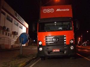Caminhão usado para transportar carga de telefones celulares foi roubado em Campinas (Foto: Reprodução / EPTV)