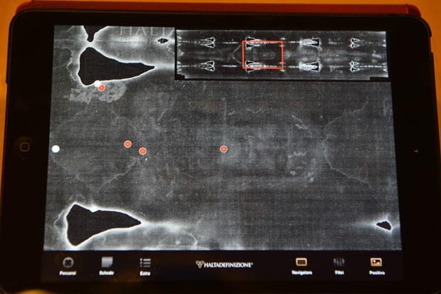 Tela de iPad mostra neste sábado (30), em ROma, o Santo Sudário de Turim; uma empresa do Piemonte criou um aplicativo, o Sudário 2,0, que mostra imagens da mortalha, além de interpretações científicas e teológicas sobre ela (Foto: Vincenzo Pinto/AFP)
