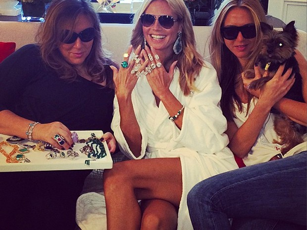 Rica! Heidi exibe as joias que tem como opo para complementar seu look. (Foto: Reproduo Instagram)