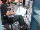 'Todo dia de trabalho é gostoso', diz multi-instrumentista que toca na rua