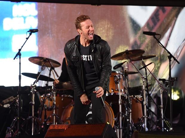 Chris Martin se apresenta com o U2 na Times Square, em Nova York, nos Estados Unidos (Foto: Timothy A. Clary/ AFP)