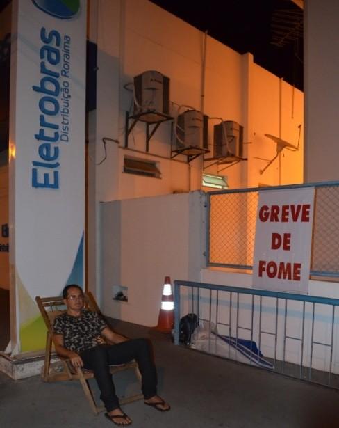 Greve acontece em freten à Eletrobras (Foto: Marcelo Marques/ G1)