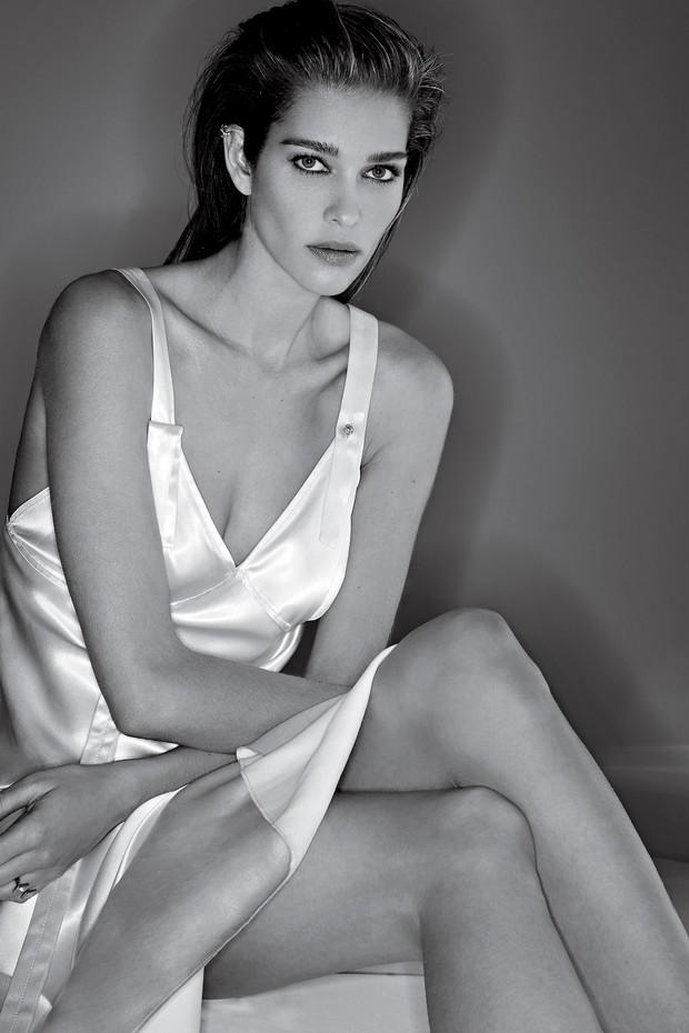 Ana Beatriz Barros usa slip dress, Calvin Klein; e anel de ouro e diamantes, Yael Sonia (Foto: Gilles Bensimon)