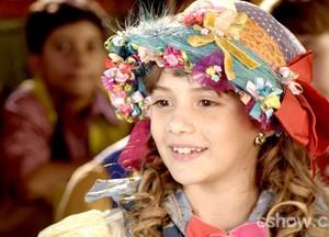 A menina finalmente conhece a escola (Foto: Meu Pedacinho de Chão/TV Globo)
