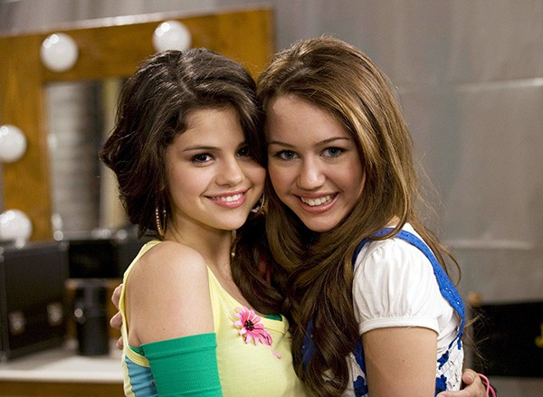 Miley Cyrus e Selena Gomez (Foto: Reprodução)