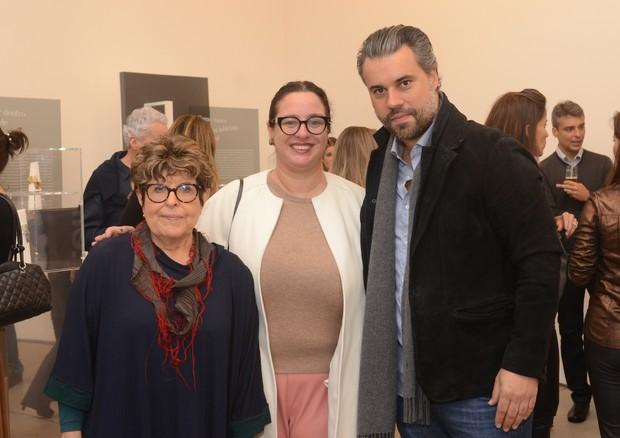A diretora de redação de Vogue Brasil, Silvia Rogar, ladeada por Regina Silveira e Jacques Rodrigues, diretor da Talento Joias (Foto: Rodrigo Zorzi)