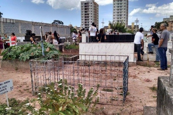 Enterro da modelo e fotógrafa capixaba Lucilene Miranda aconteceu no cemitério de Santa Inês (Foto: Wing Costa/ A Gazeta)