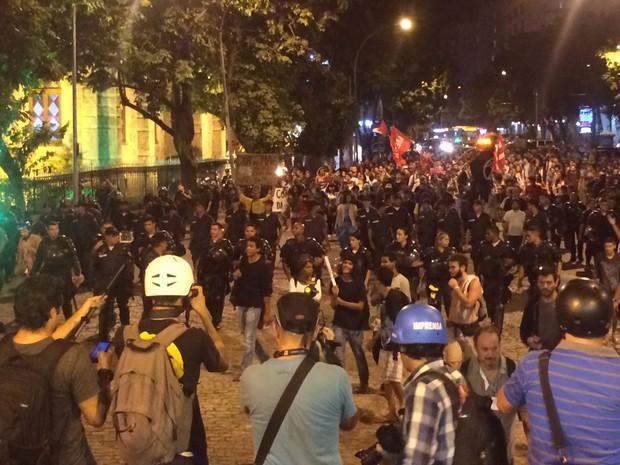 Manifestanets voltam para a Praça José de Alencar (Foto: Marcelo Elizardo/G1)