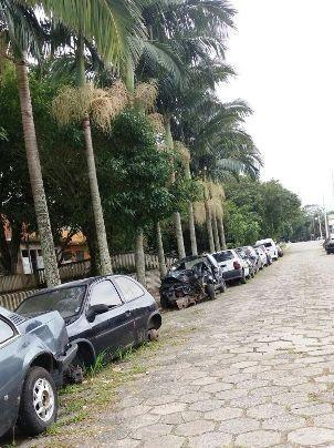 Carros abandonados formam fila na avenida dos Expedicionários  (Foto: G1)