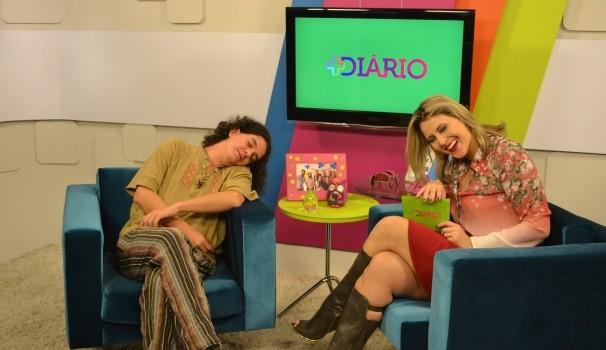"""Fabio Angelus brinca ao posar para foto. """"Quando estou perto de pessoas importantes eu fingo que estou dormindo"""" (Foto: Reprodução / TV Diário)"""