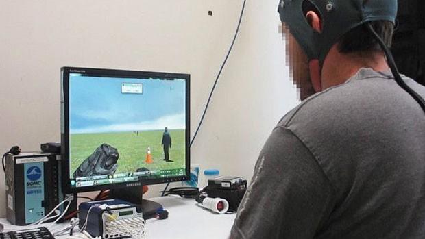 Treinamento inicial consistia em controlar avatar em computador  (Foto: PA)