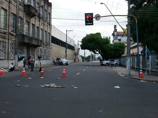 Trecho da Avenida 7 de Setembro está interditado para veículos  (Foto: Adneison Severiano/G1 AM)