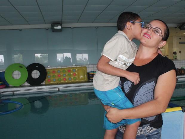 Beatriz comemora a cada sinal de desenvolvimento do filho José Lucas (Foto: Patrícia Andrade/G1)