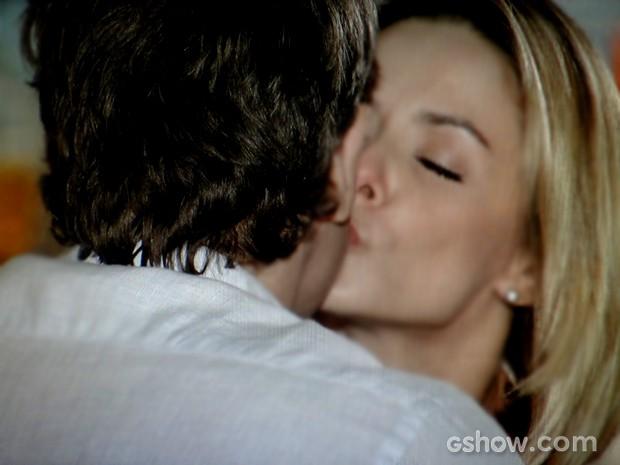 Silvia dá um beijo em Cadu e deixa o paciente surpreso (Foto: Em Família / TV Globo)