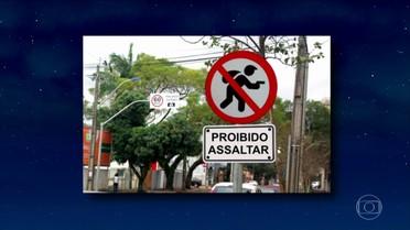 Jô abre programa de quinta-feira com pérolas em placas pelas ruas do país e do mundo