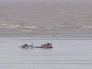 Casal é flagrado fazendo sexo no rio Amazonas (Foto: Reprodução/TV Amapá)