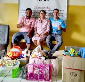 Coordenadores do Educandário Santa Margarida e Walison Silva, durante entrega dos brinquedos  (Foto: Divulgação/Feteac)