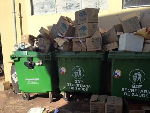 Lixo hospitalar descartado irregularmente no Centro de Zoonoses de Brasília (Foto: Ricardo Izar/Divulgação)