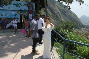Kim Kardashian e Kanye West no Vidigal, no Rio (Foto: Delson Silva / AgNews)