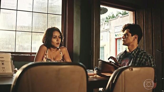 Olívia e Lucas ficam surpresos com a reação da benzedeira (Foto: TV Globo)