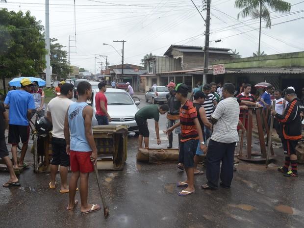 Moradores fechando rua no bairro Congós, em Macapá (Foto: John Pacheco/G1)