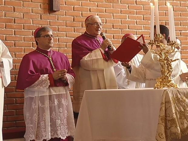 Dom Marco Aurélio Gubiotti( Esquerda), durante a missa. (Foto: Reprodução / Intertv dos Vales)