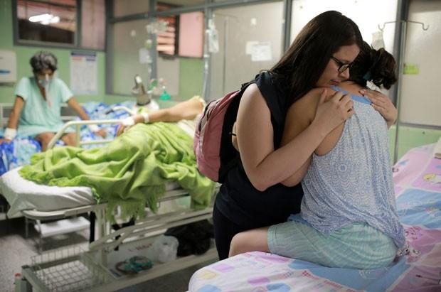 Xiojanni Badillo abraça sua tia Daysi Mendoza, que se recupera da síndrome de Gullain Barré, provocada pelo vírus da zika, em um hospital em Cúcuta, na Colômbia (Foto: Ricardo Mazalán/AP)