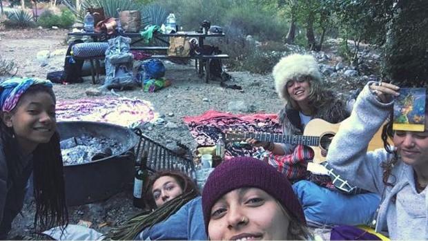 Paris Jackson com amigas em um acampamento nos Estados Unidos (Foto: Reprodução/Instagram)