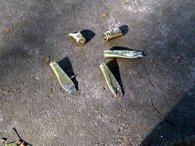 Moradores recolheram quatro capsulas de bala utilizadas durante a troca de tiros (Foto: Reprodução/EPTV)