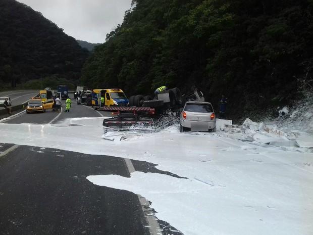 Caminhão carregado de cola escolar tombou na BR-376, em Guaratuba (Foto: Divulgação / PRF)