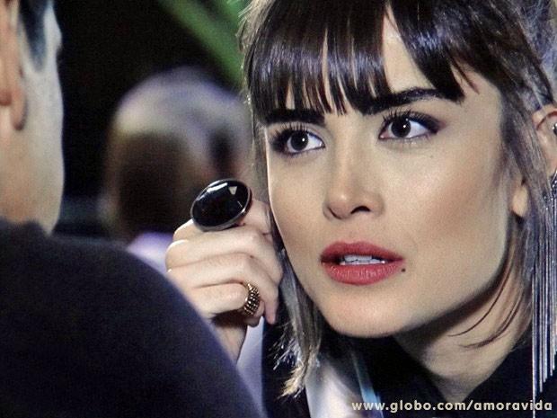 Patrícia fica surpresa com as palavras de Guto (Foto: Amor à Vida/TV Globo)