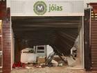 Grupo joga veículo contra vitrines e assalta joalherias em Itanhaém, SP