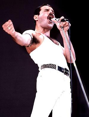 Freddie Mercury durante o histórico show do Queen no festival Live Aid, em 1985 (Foto: Getty Images)