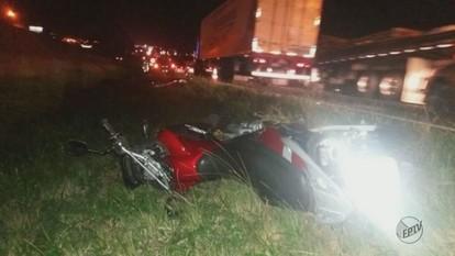 Homem cai da moto e morre atropelado na SP-310 em São Carlos