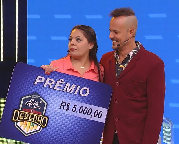 Paulo Vilhena ajuda Aline a ganhar R$ 5 mil no Acerte o Desenho (Foto: TV Globo)