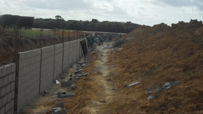 Muro do Complexo de Treinamentos do CRB entra na reta final (Foto: Denison Roma / GloboEsporte.com)