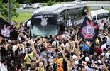 Torcedores fazem festa na chegada da delegação do Corinthians ao CT (Marcos Ribolli)