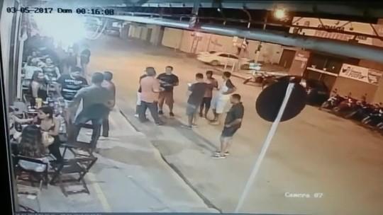 Motorista sem CNH fura sinal e atinge mulher em cidade de MT; veja vídeo