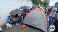 Pais fazem filas para garantir matrículas em escola na zona leste de São José