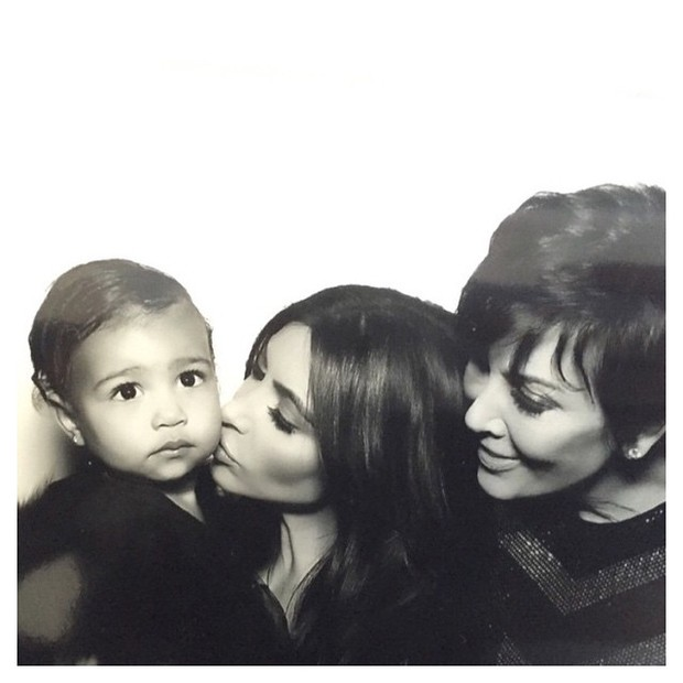 """Kim Kardashian com a filha e a mãe: """"tudo o que sou devo a você, mãe"""". (Foto: Reprodução/Instagram)"""