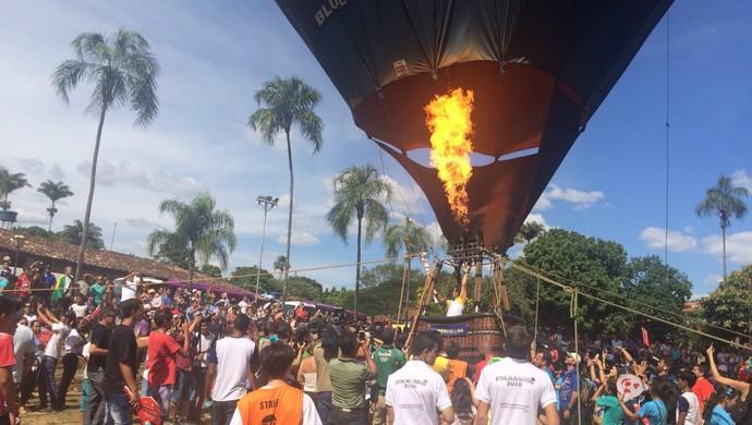 Balão leva a tocha olímpica em Pirenópolis, Goiás (Foto: Guilherme Gonçalves/ GloboEsporte.com)