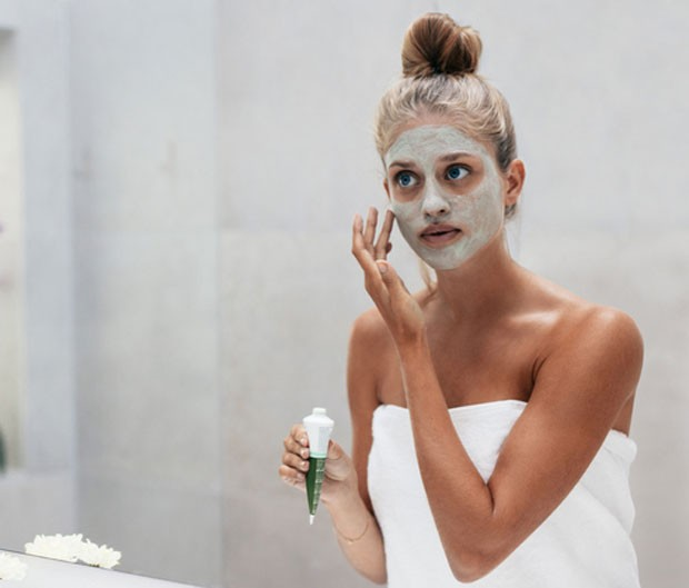 Faça uma higienização na pele antes de aplicar a máscara facial (Foto: Thinkstock)