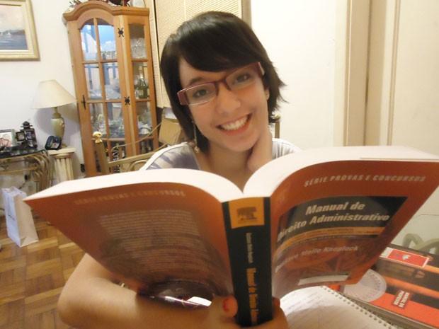 Isaura da Silva Pinto quer ser escritora e passar em concurso público (Foto: Claudia Jones/Academia do Concurso)